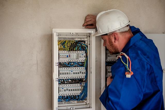 Instalacja elektryczna w domu – wykonać po godzinach czy zlecić firmie?