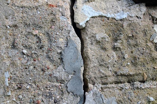Pękające ściany zewnętrzne. Przyczyny, skutki, naprawa.