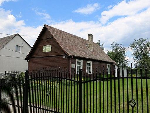 Jakie są zalety i wady budowy domu na wsi?