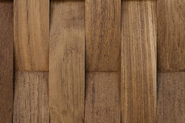 Jak usunąć tłuste, czarne plamy i odparzenia z drewna?