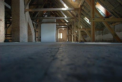 Rodzaje klap na strych oraz wysuwanie schodów. Jak dobrać klapę i skrzynię?