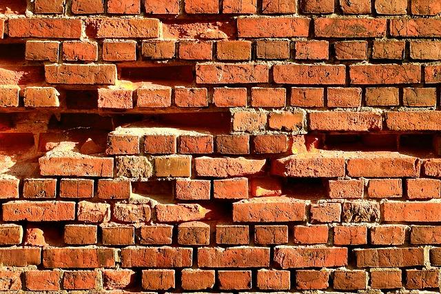 Wyburzanie starych ścian i stawianie nowych.
