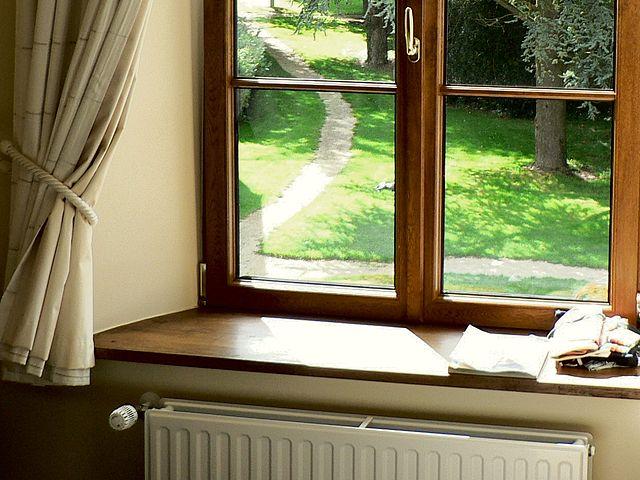 Mostek termiczny pod oknem? Zadbaj o ciepły parapet.