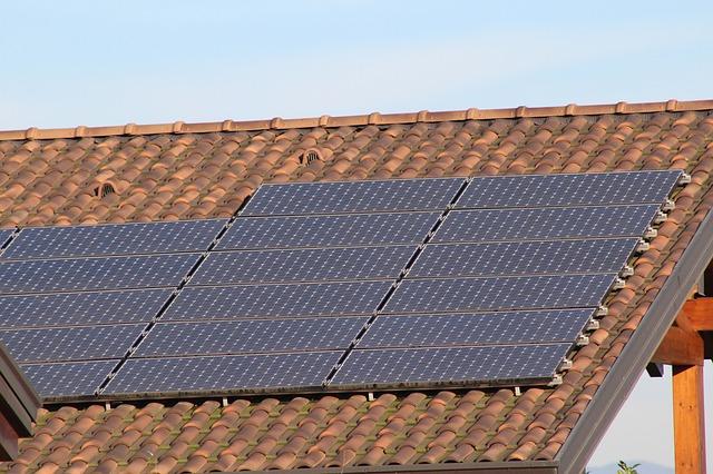 Kalkulator dla instalacji fotowoltaicznej w domu. Jaka jest cena paneli słonecznych?